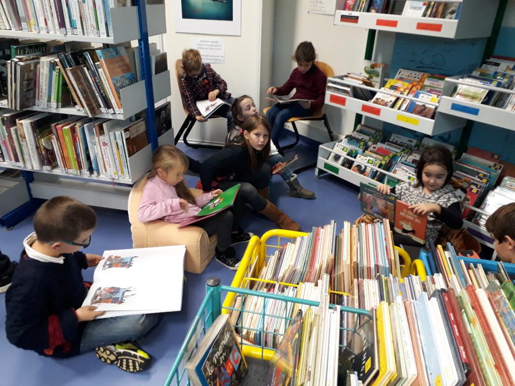 Les CE1 et CE2 à la bibliothèque